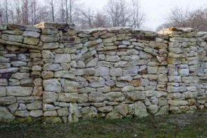Фотографии заборов из камня. Фото каменного забора.