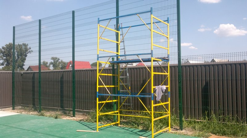 Комбинированный забор из профнастила и евросетки