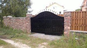 забор из камня, дерева и ковки