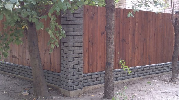 Забор из кирпича с деревом