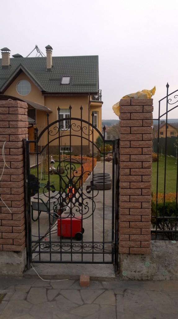 забор из декоративного кирпича с ковкой заказать