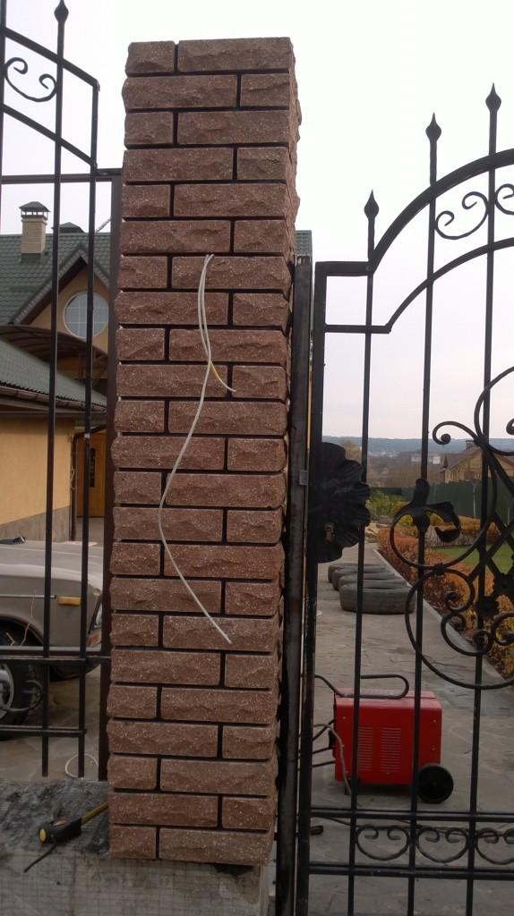 комбинированный забор из декоративного кирпича с ковкой