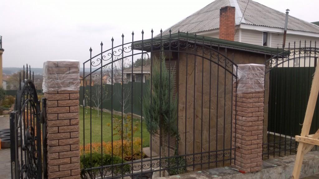 готовый комбинированный забор из декоративного кирпича с ковкой