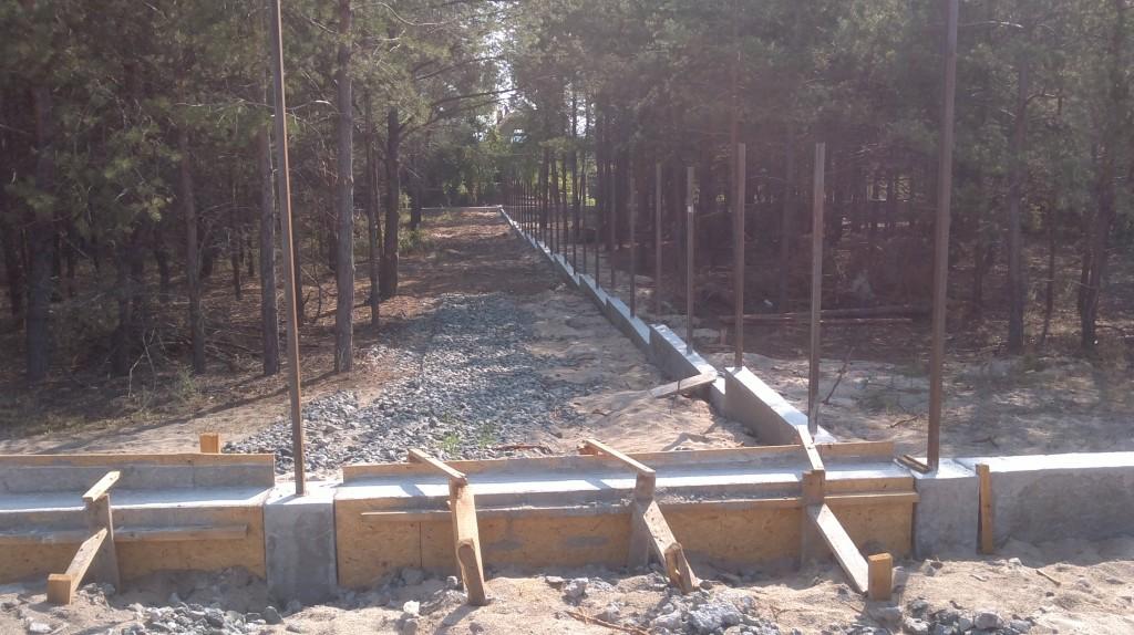 забор из профнастила с кирпичными столбами.