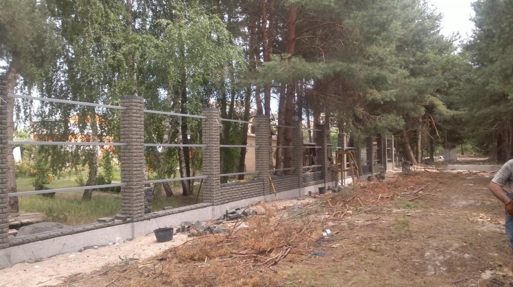 Комбинированный забор из профнастила и кирпича