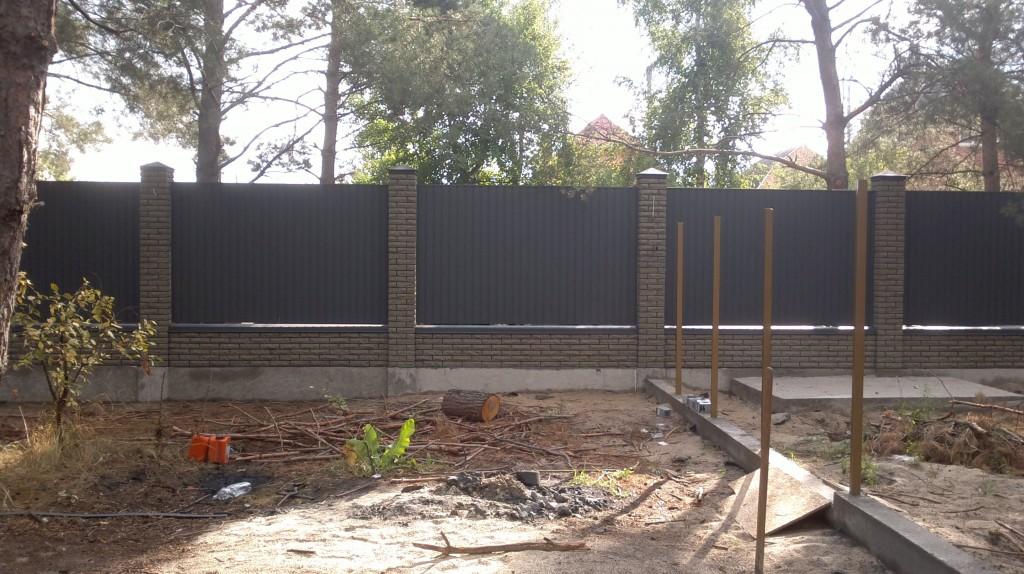 Комбинированный забор из профнастила с кирпичными столбами купить