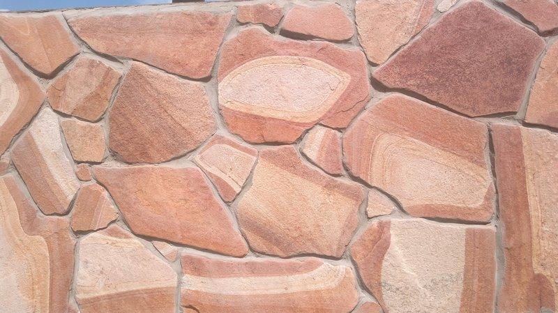 Облицовка природным камнем забора