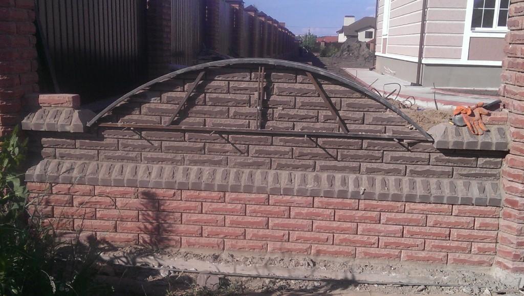 Кирпичный забор из декоративного кирпича