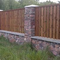 Забор из природного гранитного камня в комбинации с деревом