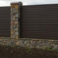 Комбинированный забор из камня с профнастилом