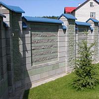 Забор из колотых блоков с кирпичем Антик
