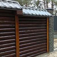 Комбинированный деревянный забор из оцилиндрованного бруса