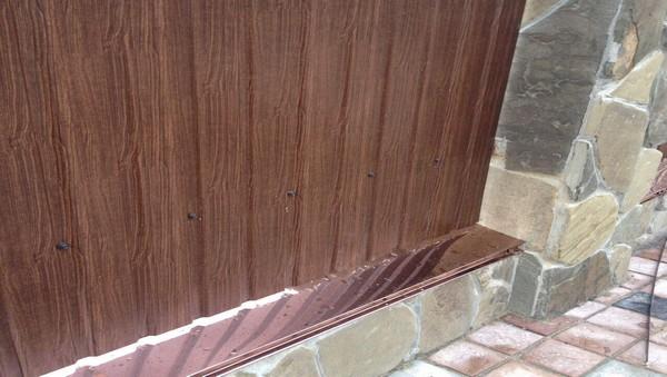 Забор из кирпича с камнем и плитняком под ключ