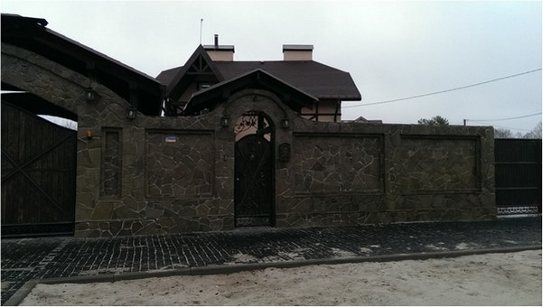 Забор из кирпича с камнем и плитняком заказать