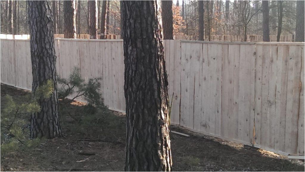 Ограждение из деревянных щитов (не окрашенных)
