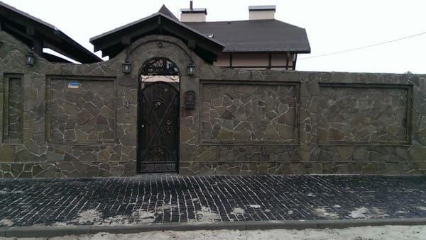 Забор из кирпича с камнем и плитняком киев