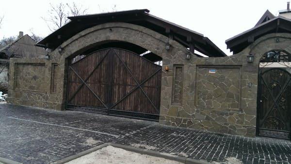Забор из кирпича с камнем и плитняком купить