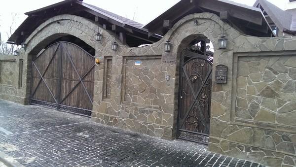 Забор из кирпича с камнем и плитняком