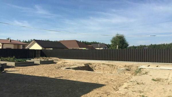 Комбинированный забор с металлическим штакетником