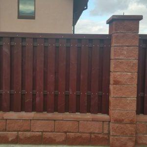 Забор из колотых блоков с деревом