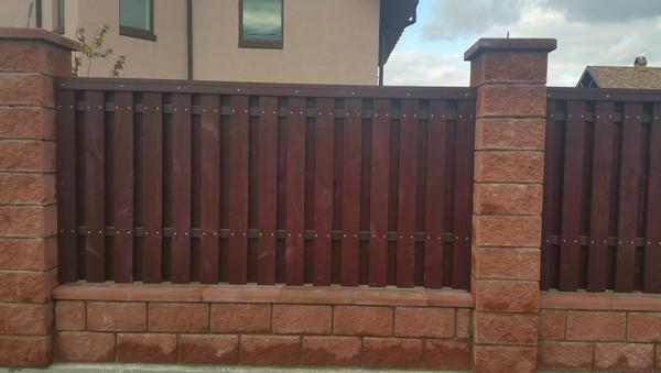 Забор из колотых блоков с деревом киев