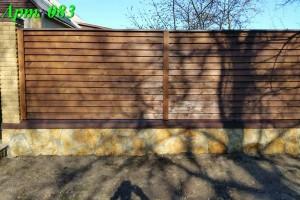 Забор из дерева жалюзи с каменными столбами