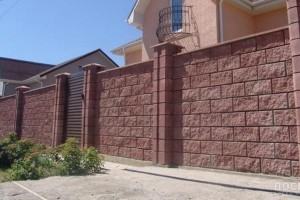Заборы из колотых блоков