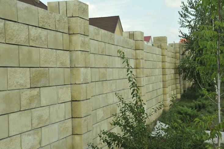 Забор из колотого блока Кремлевская стена