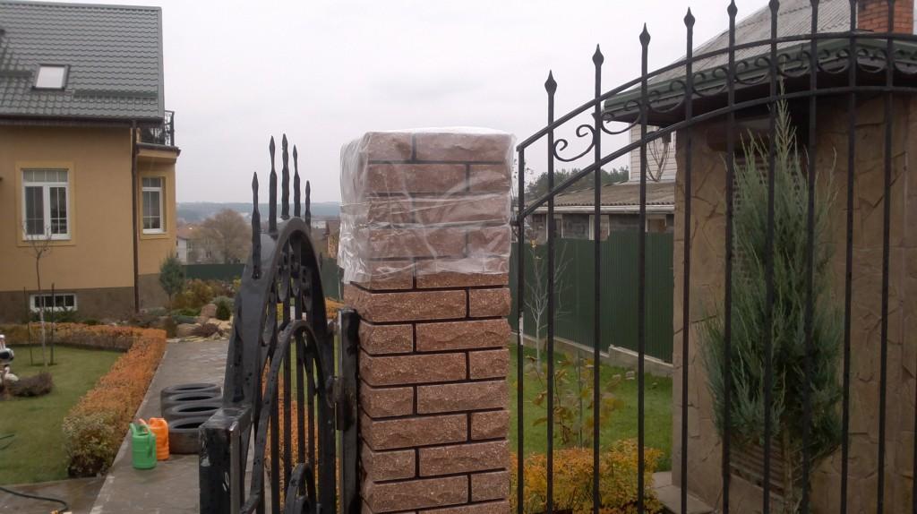 Забор из декоративного кирпича с ковкой киев
