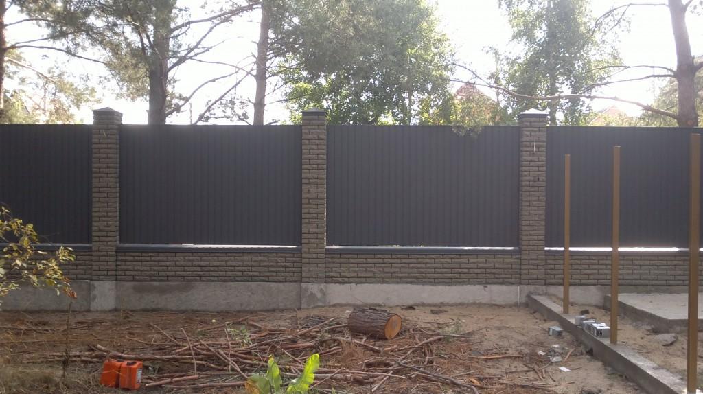 Комбинированный забор из профнастила с кирпичными столбами цена