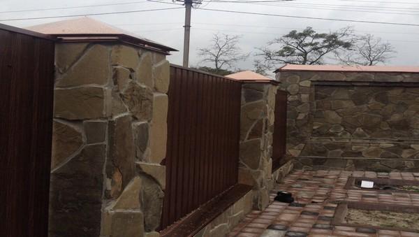 Забор из кирпича с камнем и плитняком недорого