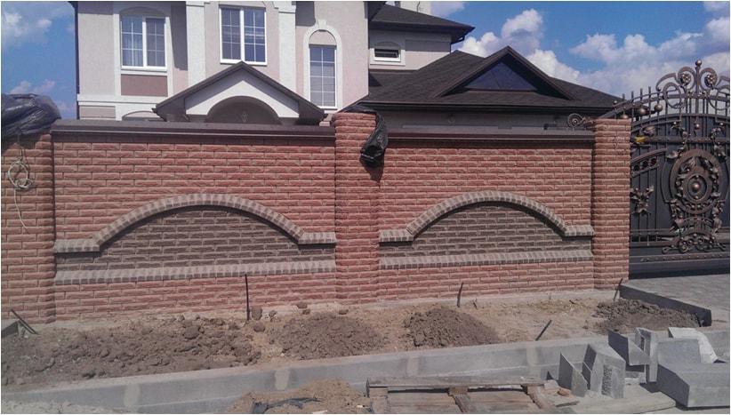 Забор из кирпича фагот с арочными элементами