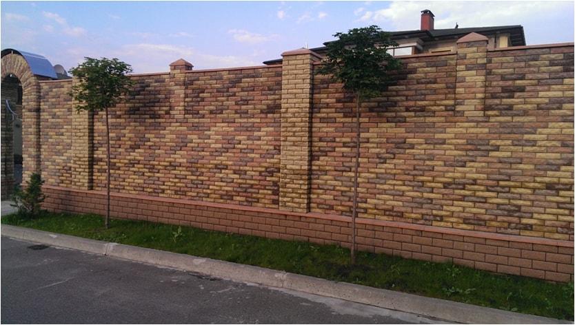 Забор из трехцветного кирпича Фагот