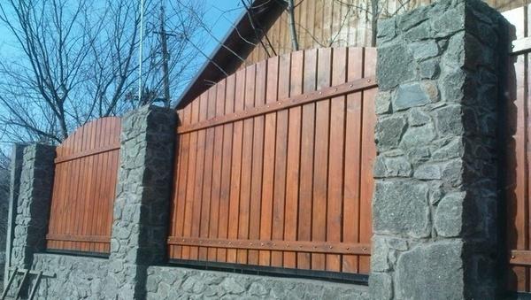 Комбинированный забор из камня со штакетником из дерева