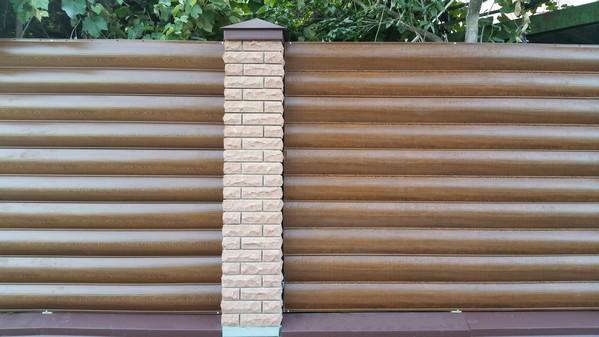 купить забор из кирпича с металлическим блок хаусом