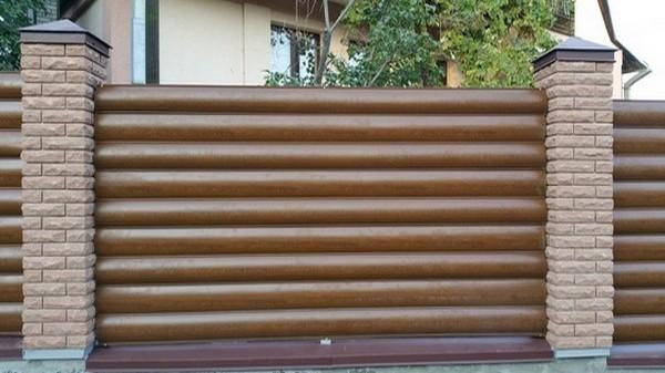заказать забор из кирпича с металлическим блок хаусом