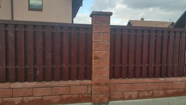Забор из колотых блоков с деревом купить