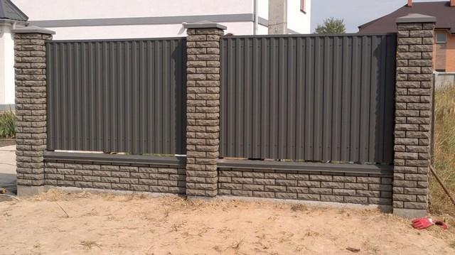 Забор из профнастила с кирпичными столбами ТМ Фагот