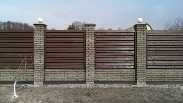 Комбинированный забор из профнастила и кирпича «Фагот»
