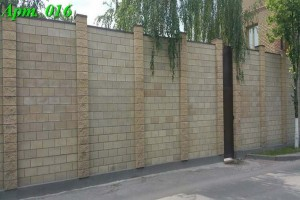 Забор из колотых блоков